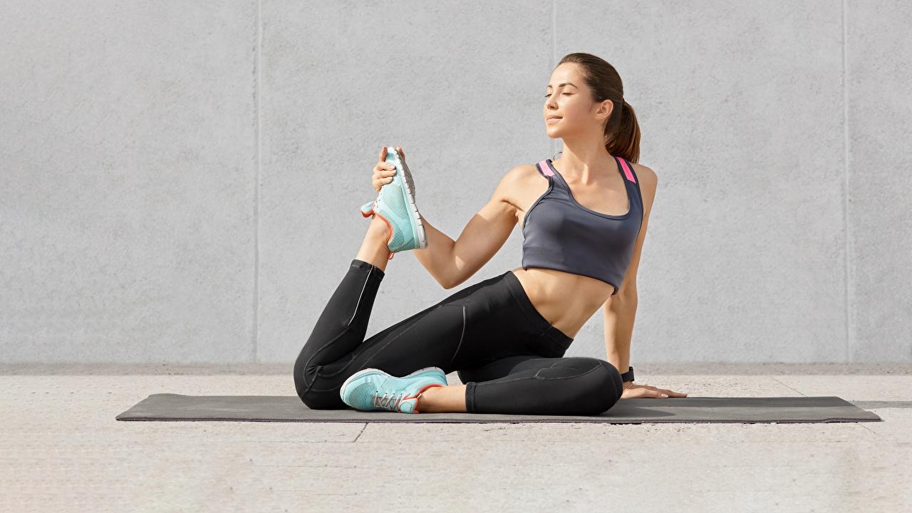 Desktop Hintergrundbilder Dehnübungen Fitness Sport Turnschuh junge frau Bein Unterhemd Dehnübung Mädchens sportliches sportschuhe junge Frauen
