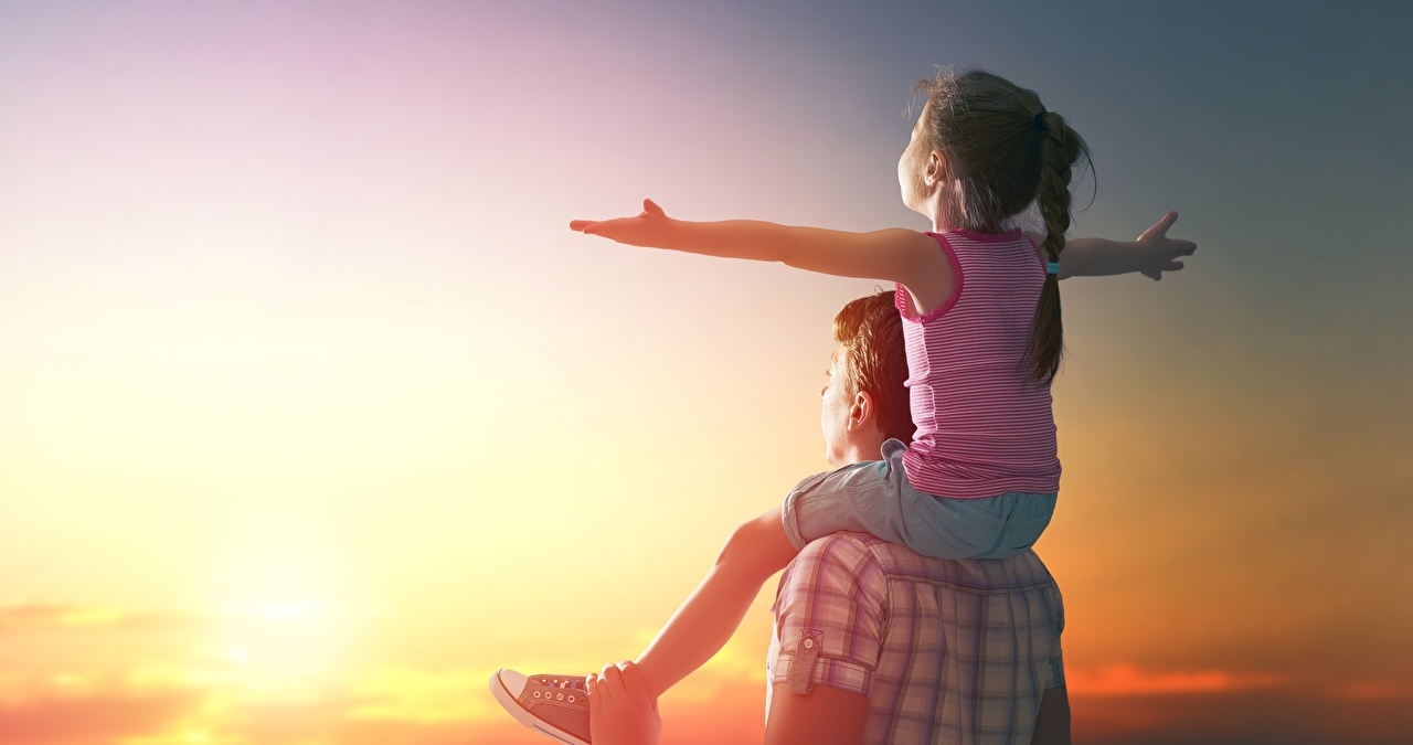 Foto Kleine Mädchen Mann fröhliches Kinder Morgendämmerung und Sonnenuntergang Hand sitzt Freude Glücklich glückliche fröhlicher glücklicher glückliches kind Sonnenaufgänge und Sonnenuntergänge sitzen Sitzend