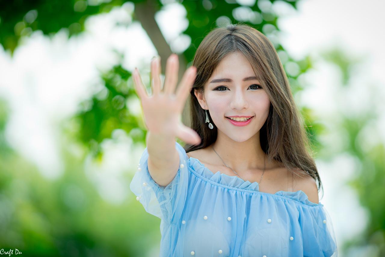 Asiatique Geste Bokeh Aux cheveux bruns Voir Sourire Main jeune femme, jeunes femmes, asiatiques, Regard fixé, arrière-plan flou Filles