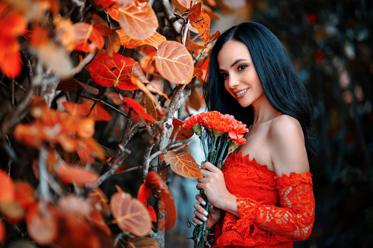 Desktop Hintergrundbilder Blatt Brünette Lächeln Bokeh Sträuße Mädchens Blattwerk unscharfer Hintergrund Blumensträuße junge frau junge Frauen