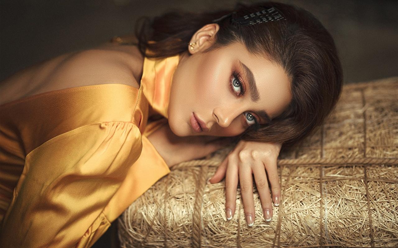 Foto Brünette Model Haar Mädchens Finger Blick junge frau junge Frauen Starren