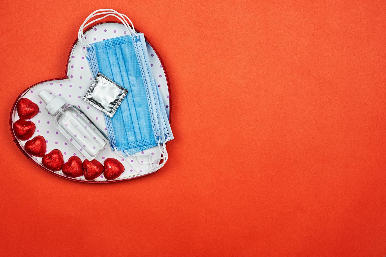 Foto Valentinstag Coronavirus Herz Bonbon Masken flaschen Lebensmittel Roter Hintergrund Maske Flasche das Essen
