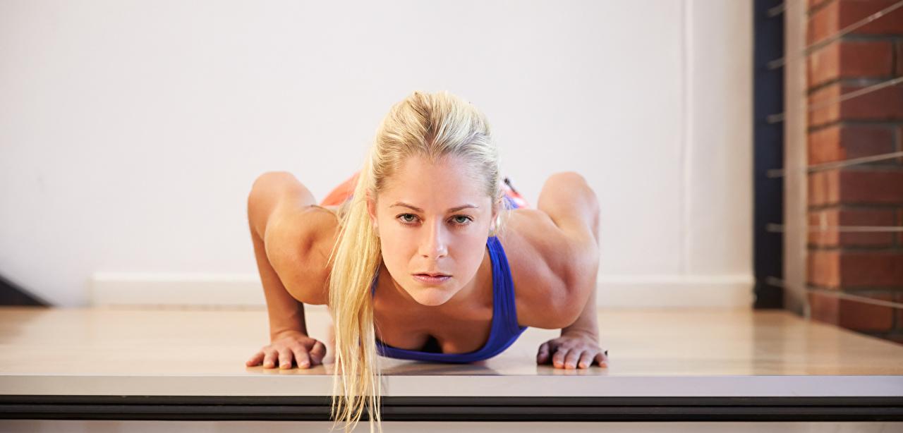Fotos von Blondine Liegestütz Fitness Mädchens sportliches Starren Blond Mädchen Sport junge frau junge Frauen Blick
