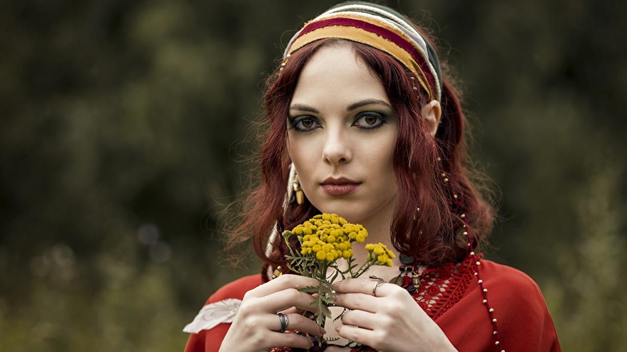 Desktop Hintergrundbilder Rotschopf unscharfer Hintergrund Gesicht junge Frauen Hand Starren Bokeh Mädchens junge frau Blick