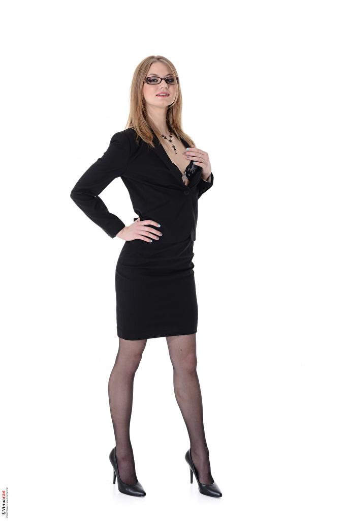 Foto Merry Pie Virtuagirlhd Dunkelbraun Strumpfhose junge frau Bein Anzug Brille Weißer hintergrund High Heels  für Handy Mädchens junge Frauen Stöckelschuh