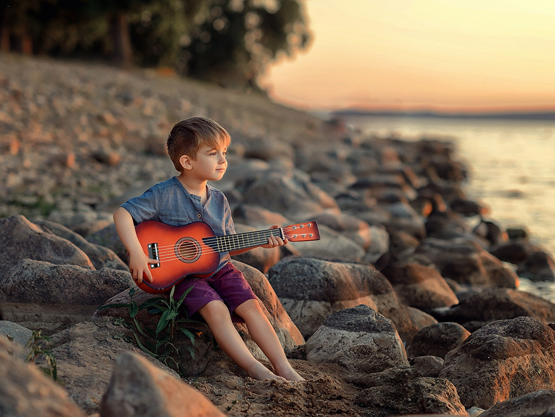 Fotos von Junge Gitarre Victoria Dubrovskaya Kinder Steine Sitzend