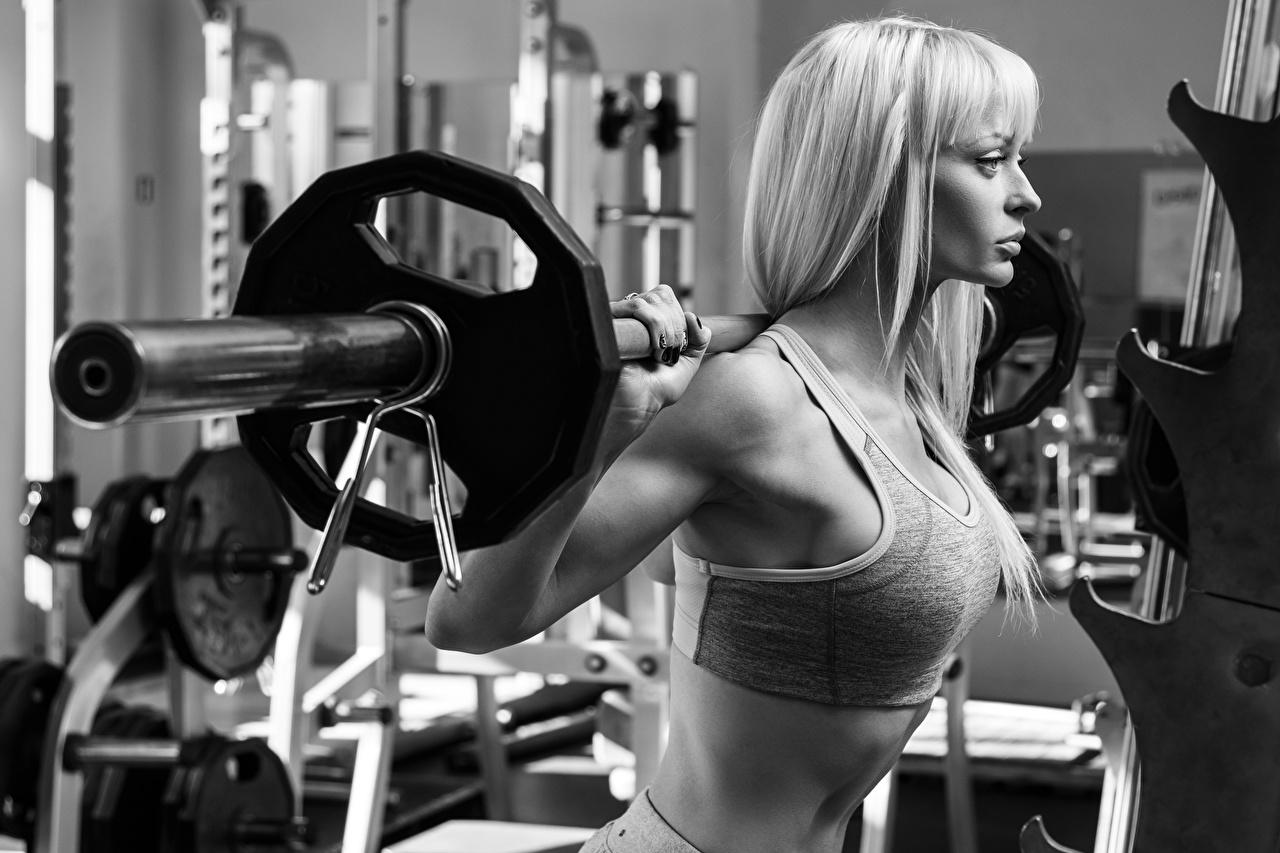 Achtergronden Blond meisje Lichaamsbeweging Barbell jonge vrouw Zwart wit Blonde fysieke training Jonge vrouwen zwart witte