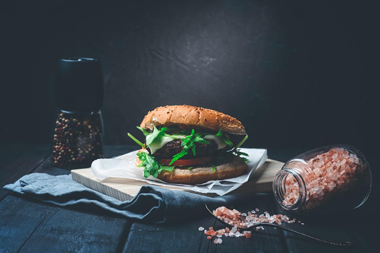 Bakgrunnsbilder til skrivebordet Hamburger Svart pepper Salt Glass krukke Mat Treplanker glasskrukke