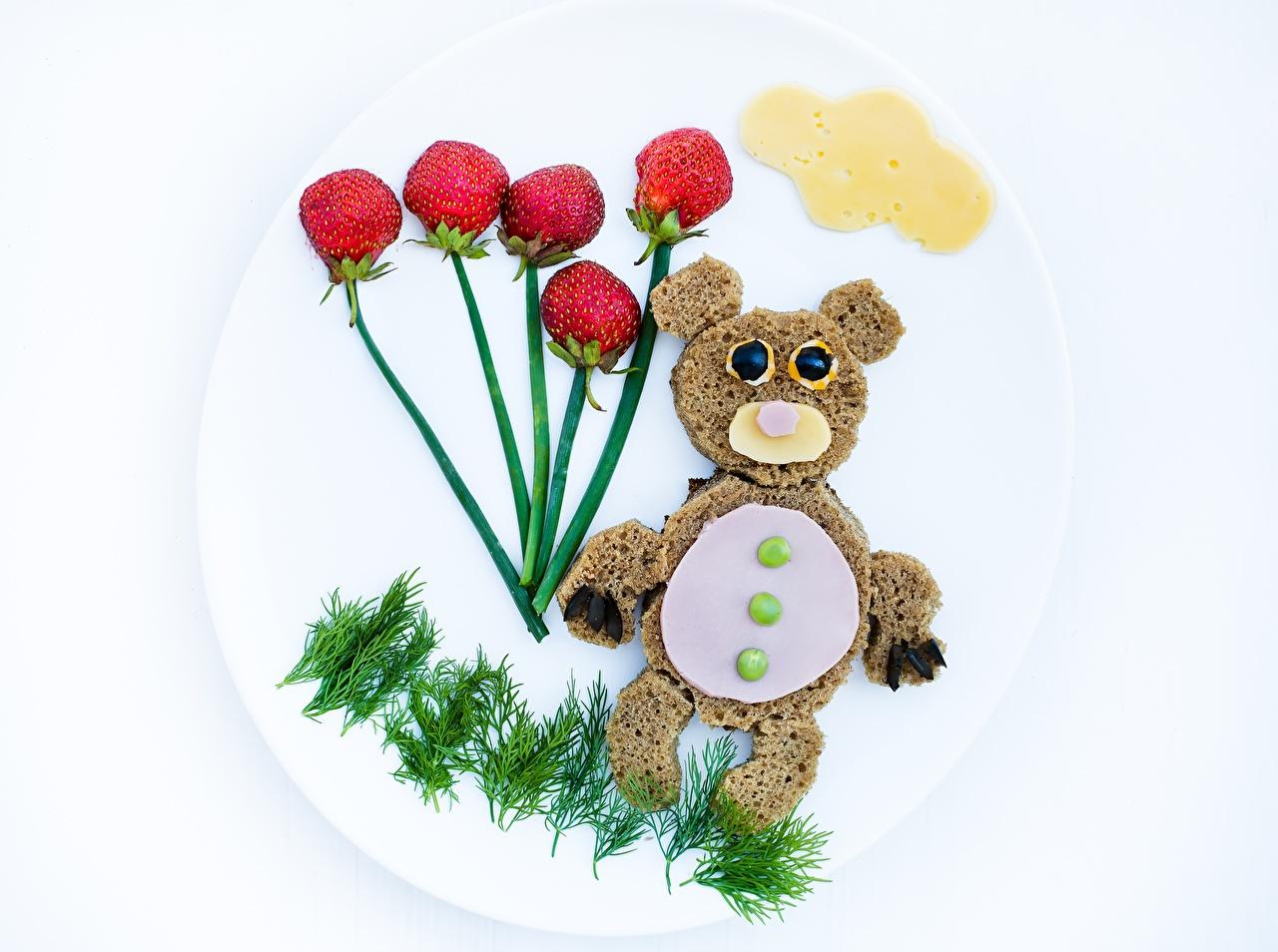 Desktop Hintergrundbilder Bären Dill Brot Käse Kreativ Erdbeeren Beere Teller das Essen ein Bär kreative originelle Lebensmittel