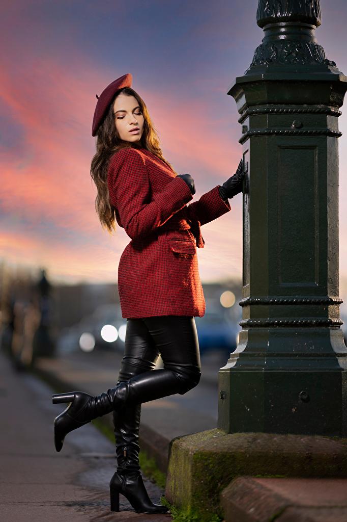 Bilder von Handschuh Stiefel Ambre Pose Barett Mantel Mädchens  für Handy posiert junge frau junge Frauen