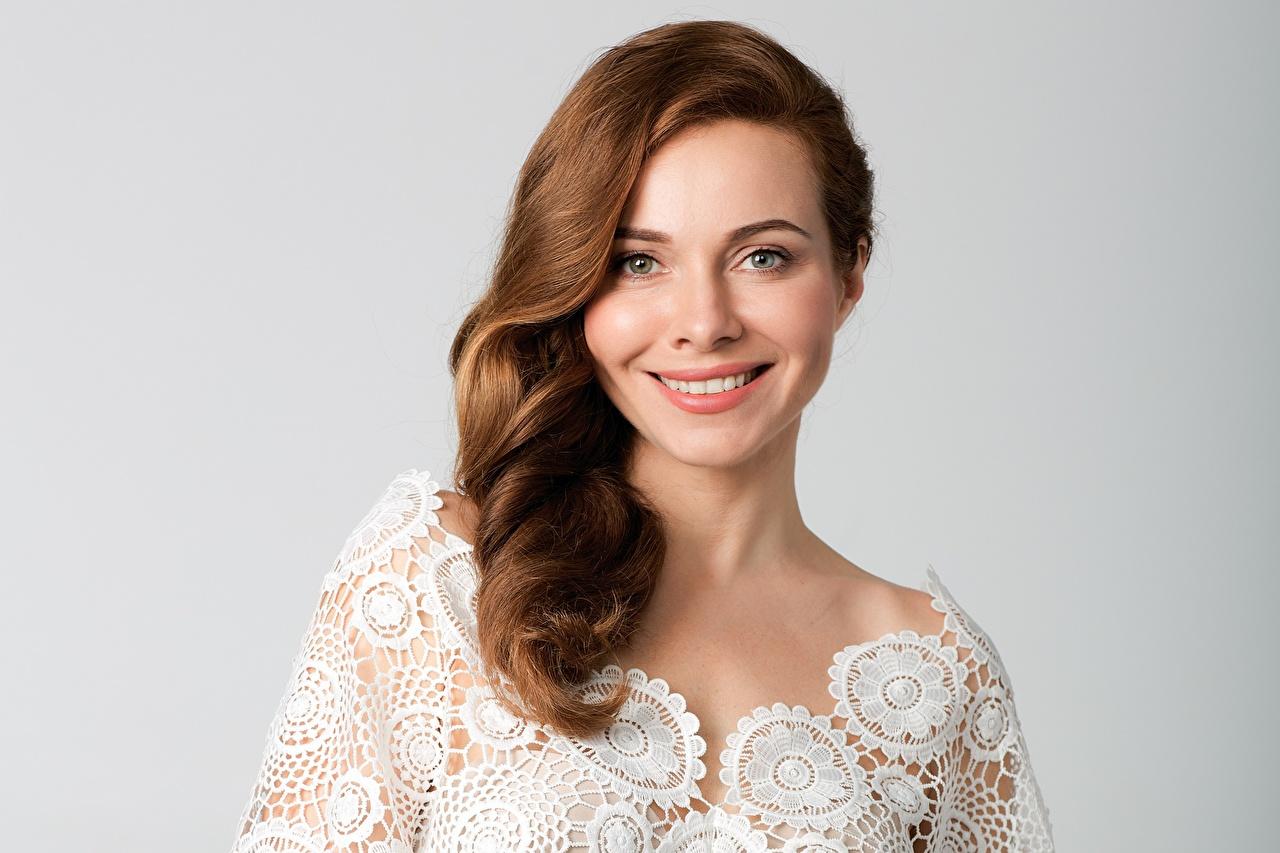 Bilder von Braunhaarige Lächeln Ekaterina Guseva junge frau Prominente Grauer Hintergrund Braune Haare Mädchens junge Frauen