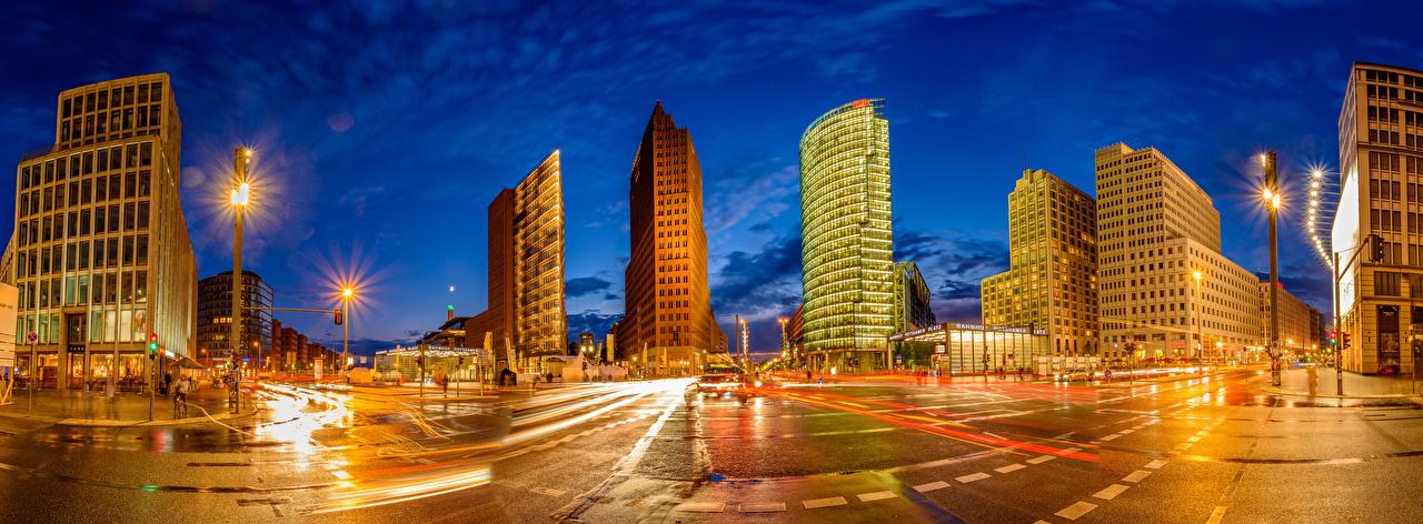 Desktop Hintergrundbilder Lichtstrahl Berlin Deutschland Panoramafotografie Stadtstraße Nacht Straßenlaterne Haus Städte Panorama Straße Gebäude