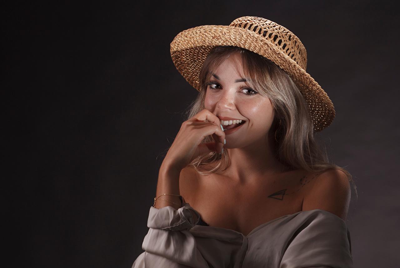 Bilder Mørk blond Smil Jolie Hatt Unge kvinner Blikk ung kvinne ser
