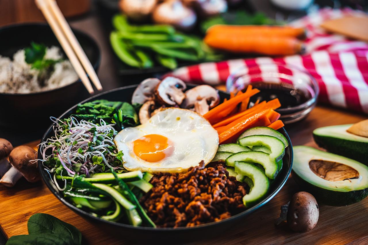 Foto unscharfer Hintergrund Spiegelei Pilze Teller das Essen geschnittenes Bokeh Geschnitten geschnittene Lebensmittel
