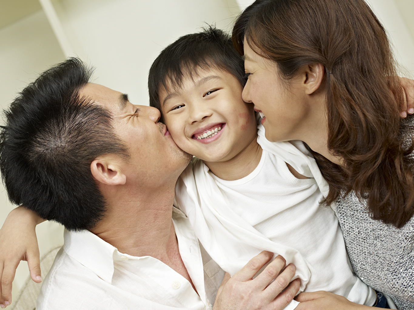 Wallpaper Family Brown haired Man Smile Mother child kisses young woman Three 3 Men Kiss kissing Children Girls female