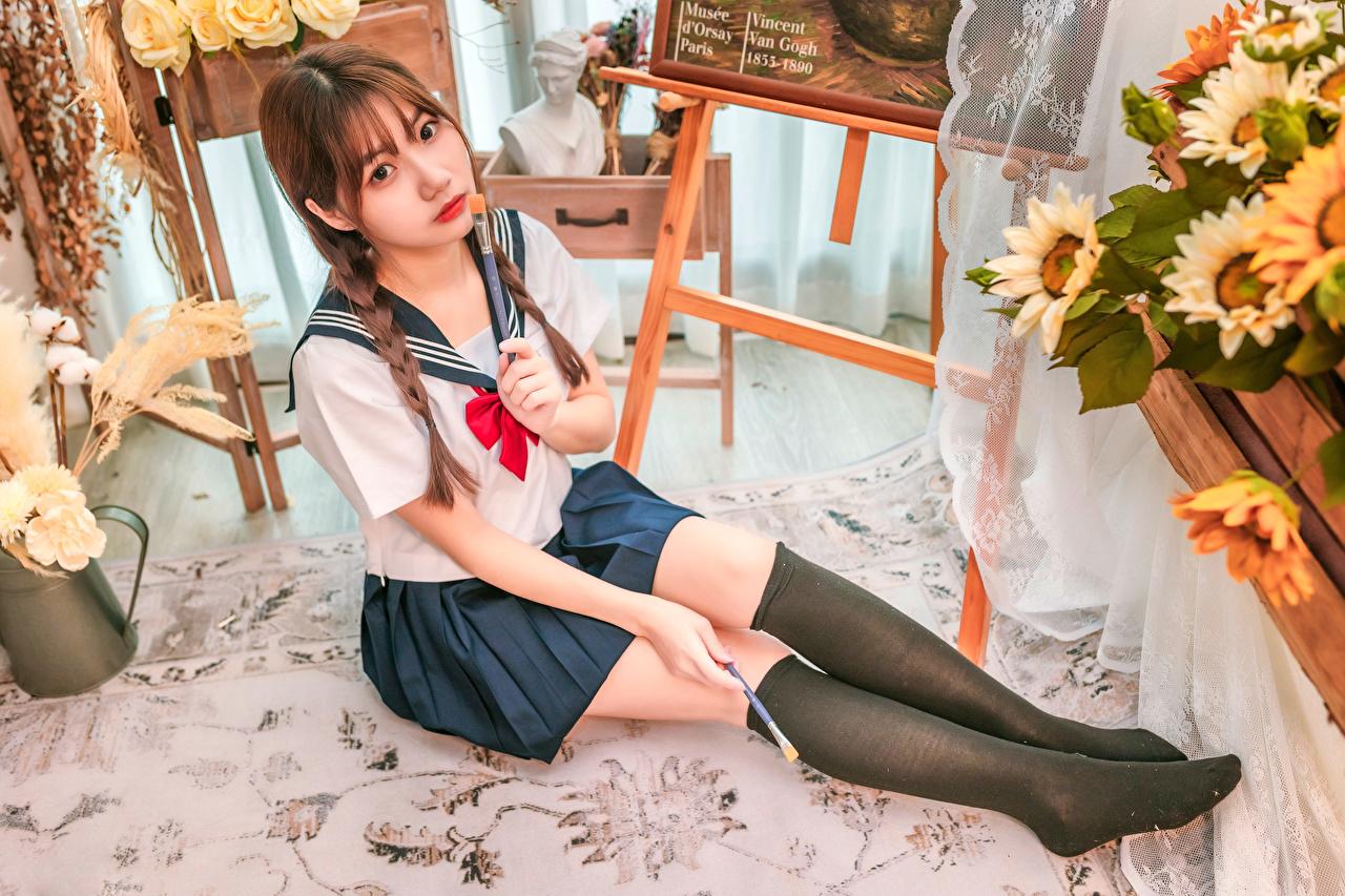 Bilder Schülerin Long Socken Mädchens Bein Asiatische Sitzend Uniform Blick Schulmädchen junge frau junge Frauen Asiaten asiatisches sitzt sitzen Starren