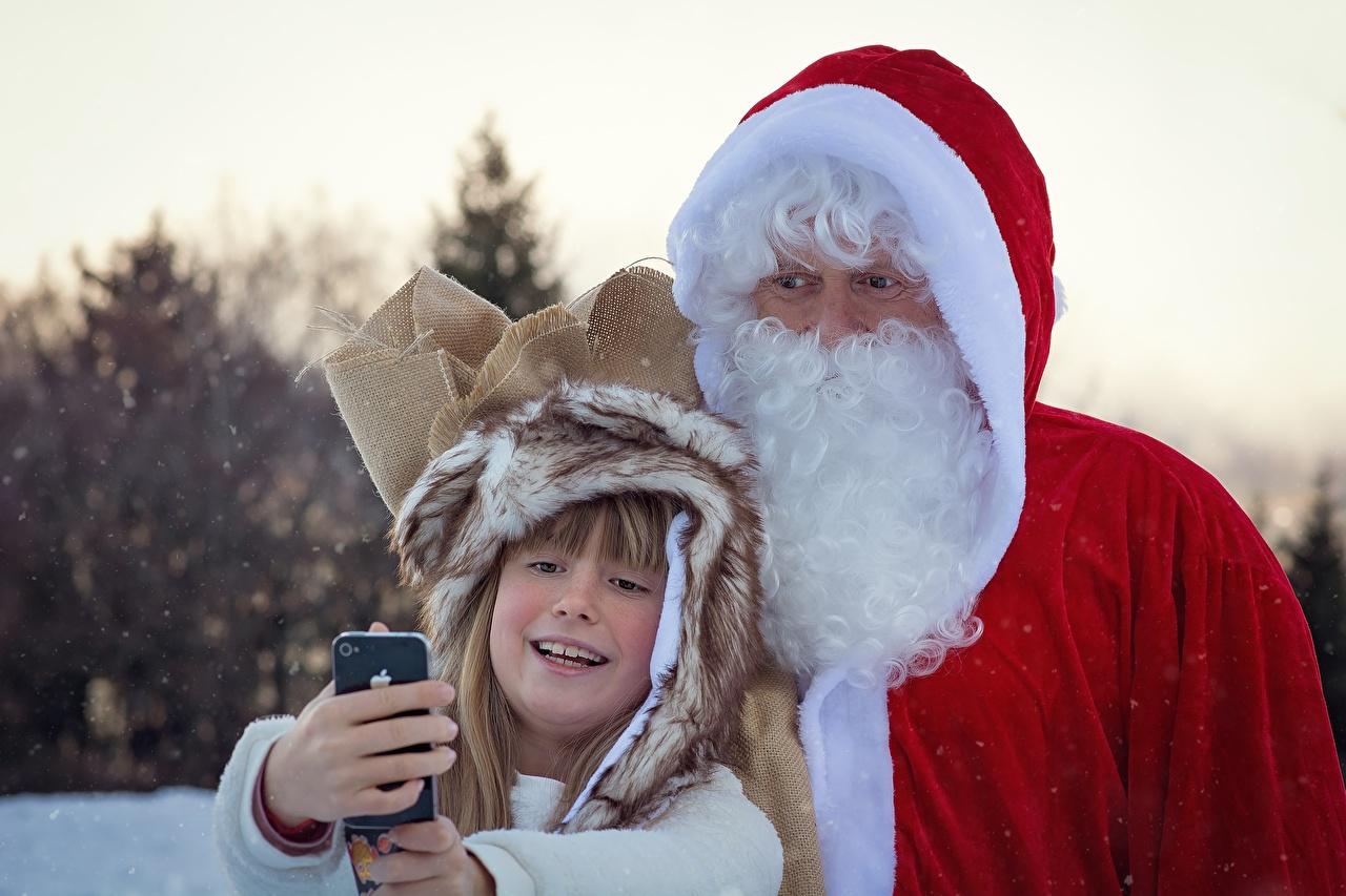 Fotos Kleine Mädchen Neujahr Selfie Smartphone kind bärtiger 2 Winter Weihnachtsmann Uniform smartphones Kinder bärte Barthaar bärtige Zwei