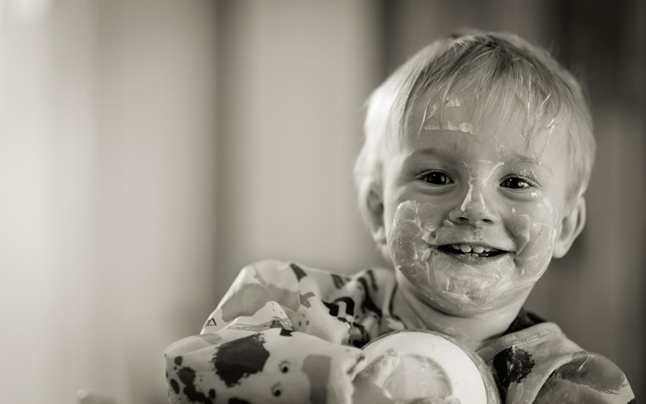 Bilder von Junge Lächeln Lustige Kinder Joghurt Schwarzweiss Starren Blick