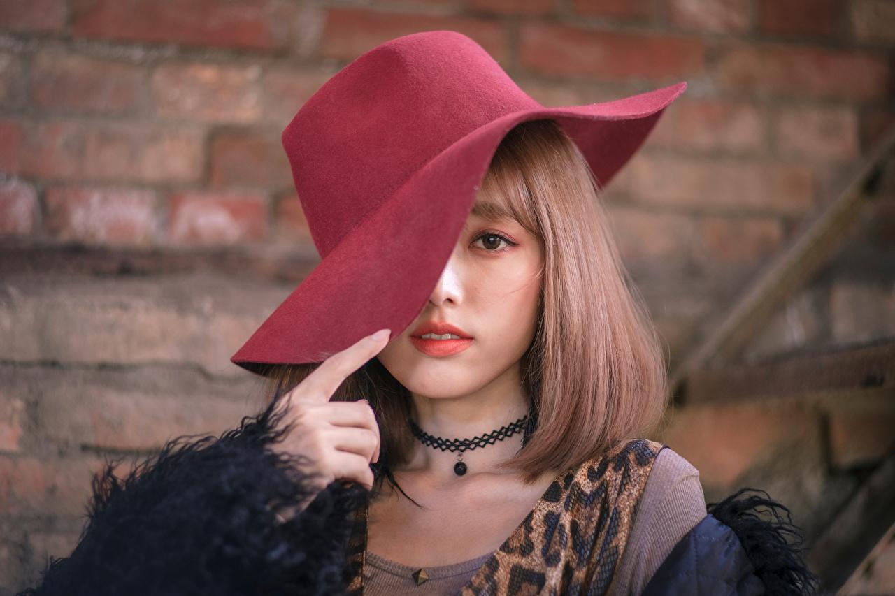 Fotos von Der Hut Mädchens Asiatische Blick junge frau junge Frauen Asiaten asiatisches Starren