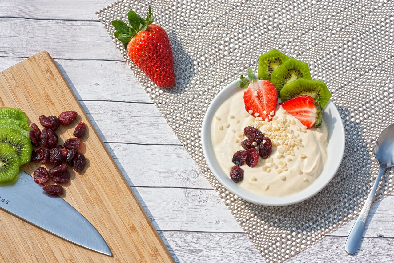 Bilder Joghurt Rosinen Kiwi Erdbeeren Beere Teller Lebensmittel Schneidebrett Kiwifrucht Chinesische Stachelbeere das Essen