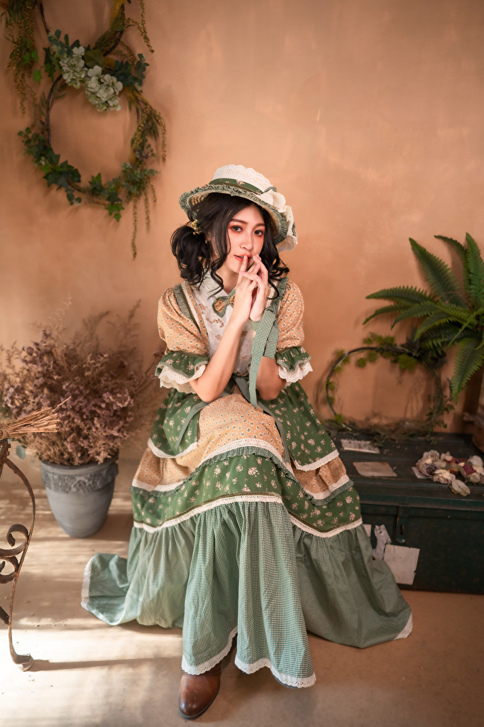 Picture Hat Girls antique Asian sit Dress  for Mobile phone Retro female vintage young woman Asiatic Sitting gown frock