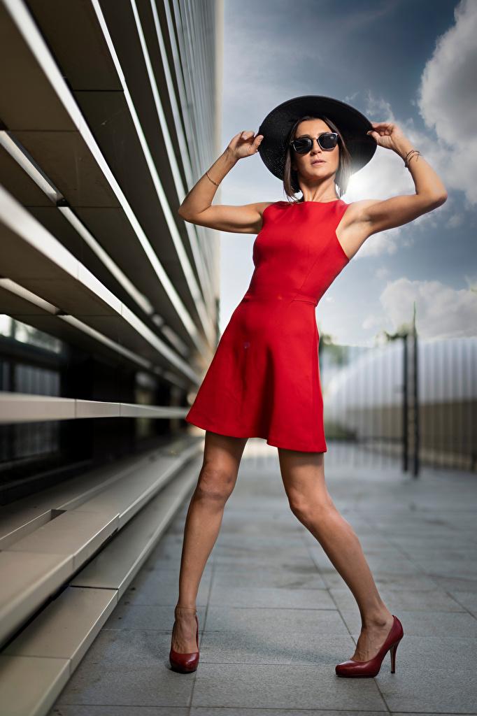 Bilder von Nadege Pose Der Hut Mädchens Bein Brille Blick Kleid  für Handy posiert junge frau junge Frauen Starren