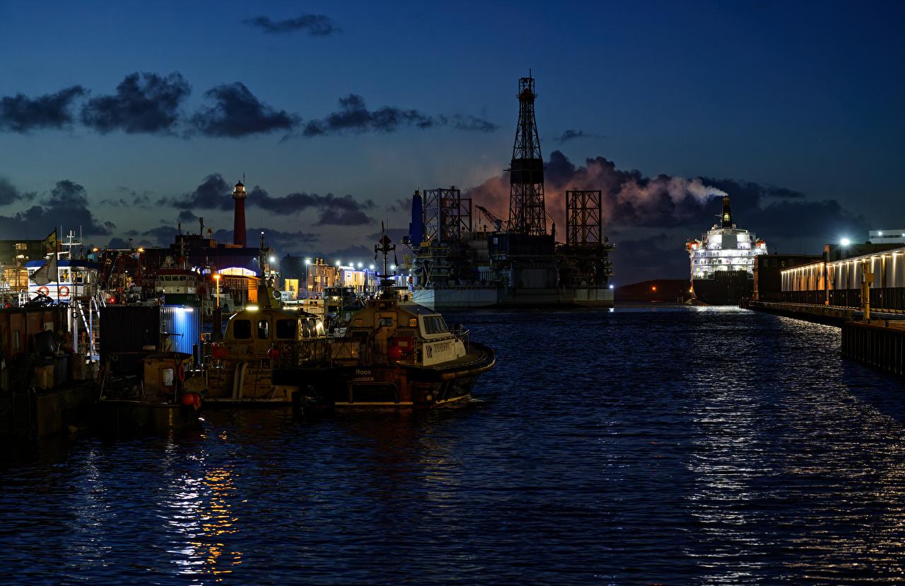 Bilde Nederland IJmuiden Et skip Natt En bukt Båthavn en by småbåthavnen Byer byen