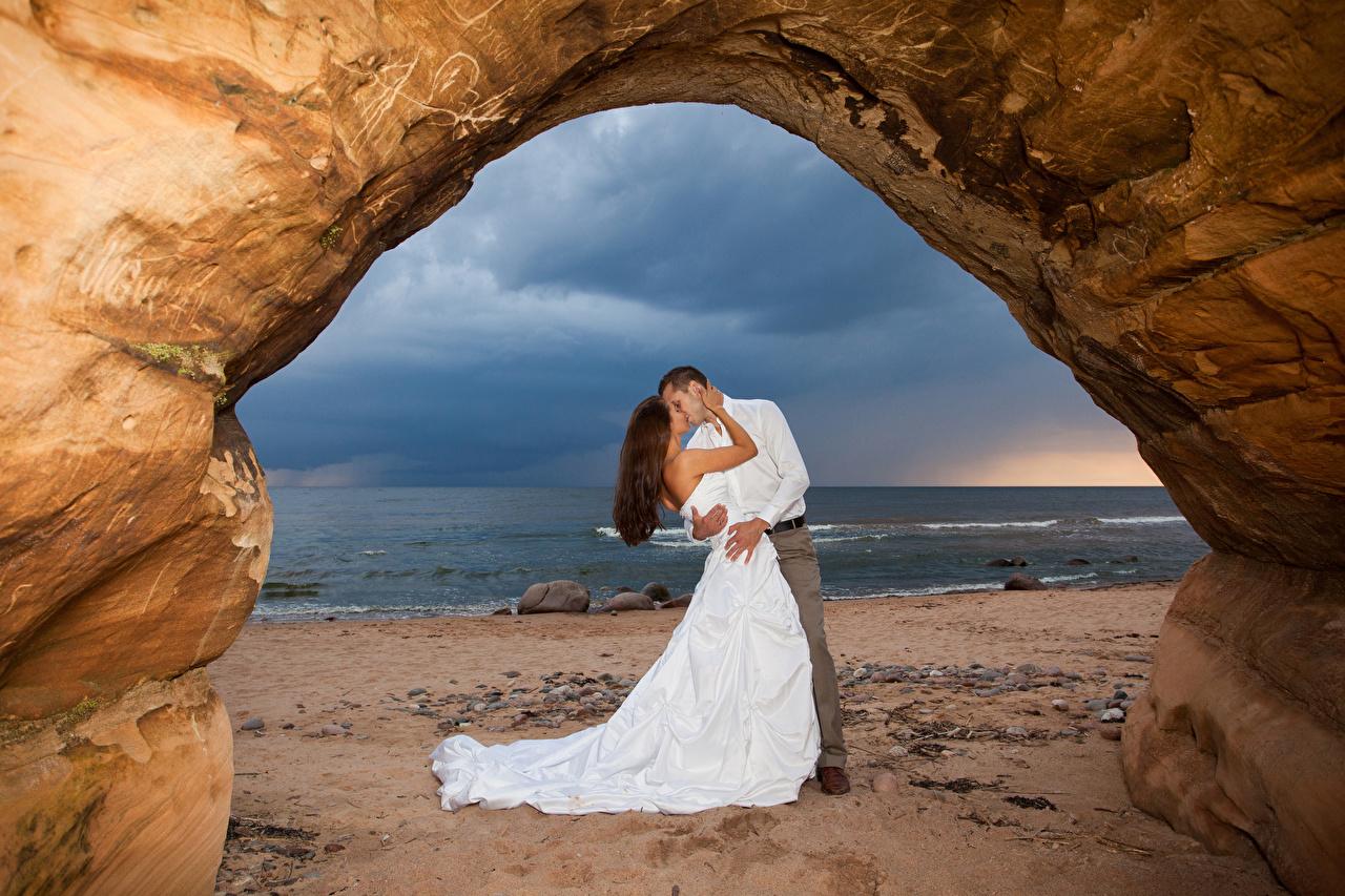 Fotos von Bräutigam bräute Hochzeit küsst Zwei Liebe Umarmung Mädchens Küste Kleid Ehe Braut Heirat Trauung Hochzeiten Kuss küssen 2 umarmt umarmen junge frau junge Frauen