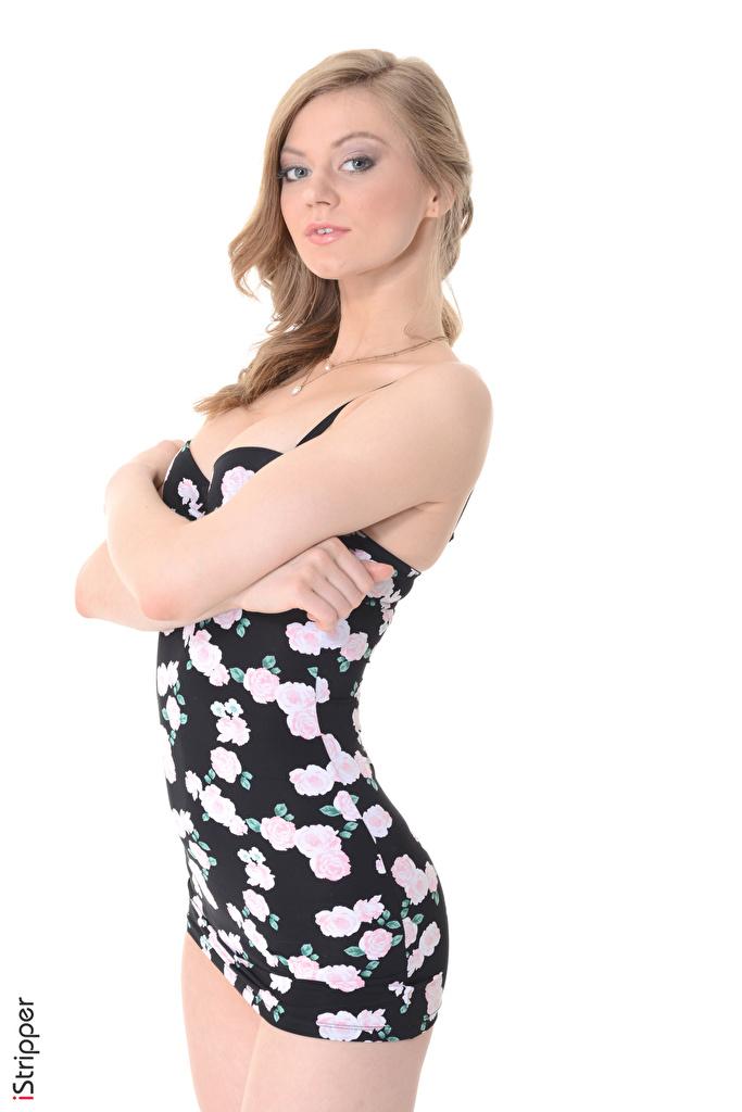 Foto Merry Pie Mörkblond iStripper Pose ung kvinna hand ser Vit bakgrund Klänning  till Mobilen poserar Unga kvinnor Händer Blick
