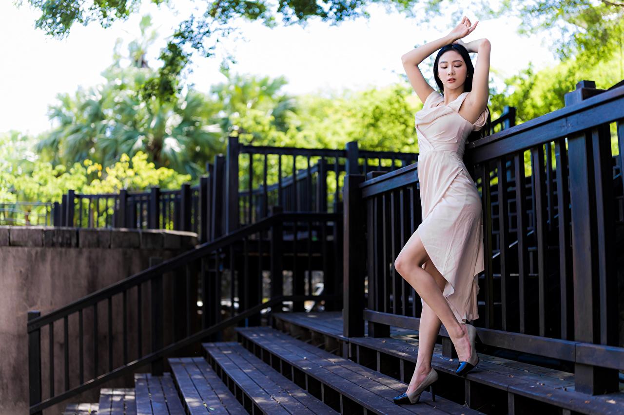 Desktop Hintergrundbilder Pose Mädchens Bein Asiatische Kleid posiert junge frau junge Frauen Asiaten asiatisches