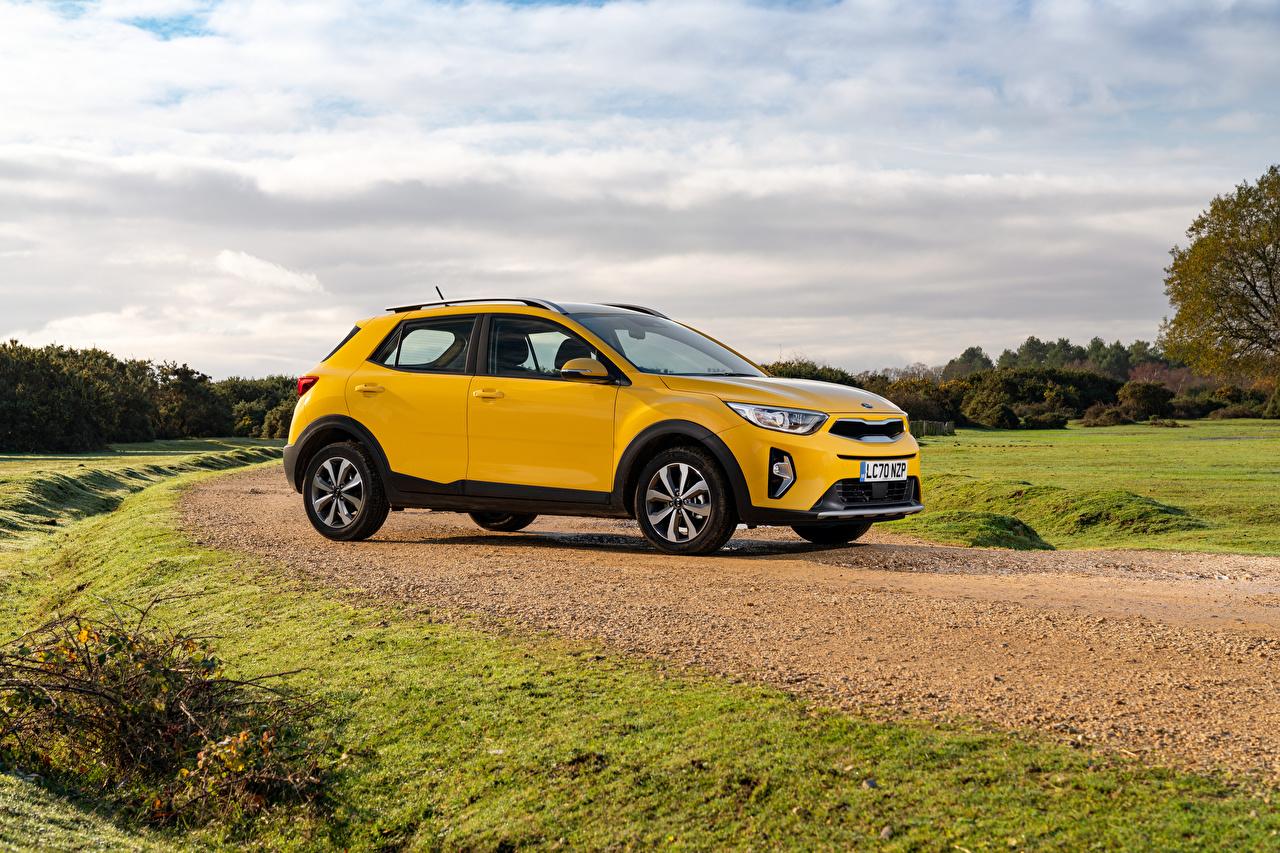KIA Stonic, UK-spec, (YB), 2021 Crossover Jaune Métallique Latéralement voiture, automobile Voitures