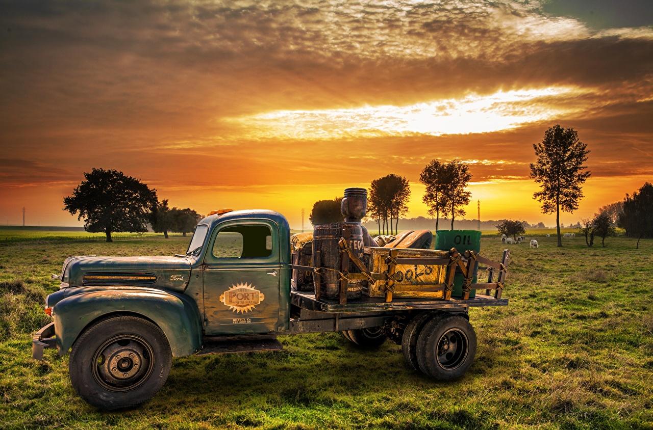 Fotos von Lastkraftwagen antik Morgendämmerung und Sonnenuntergang Gras alter Seitlich automobil Retro Sonnenaufgänge und Sonnenuntergänge Alt alte auto Autos