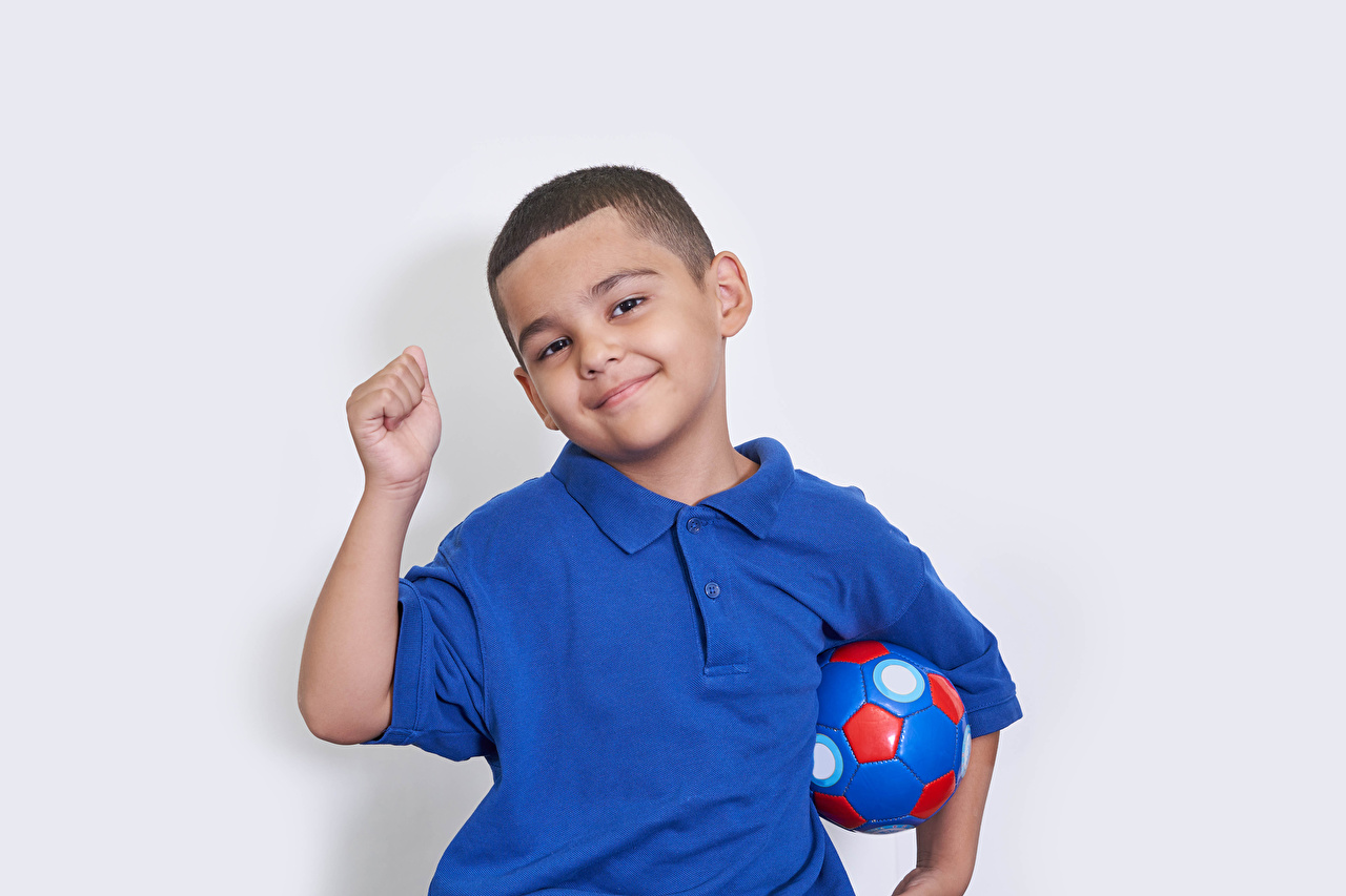 Fotos von Junge Lächeln Kinder Ball Hand Starren Grauer Hintergrund jungen kind Blick