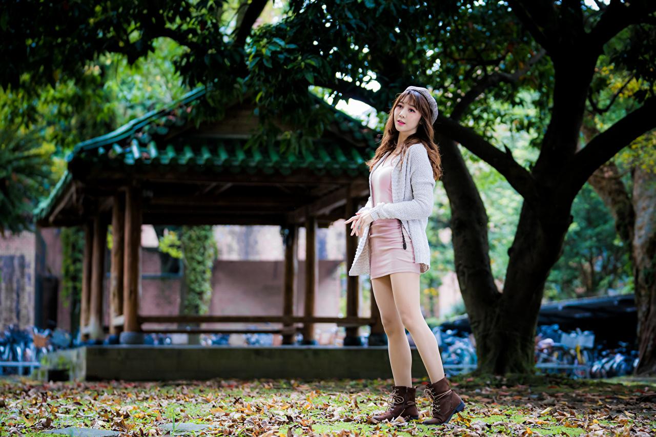 Desktop Hintergrundbilder Braune Haare Pose Mädchens Bein asiatisches Kleid Braunhaarige posiert junge frau junge Frauen Asiaten Asiatische