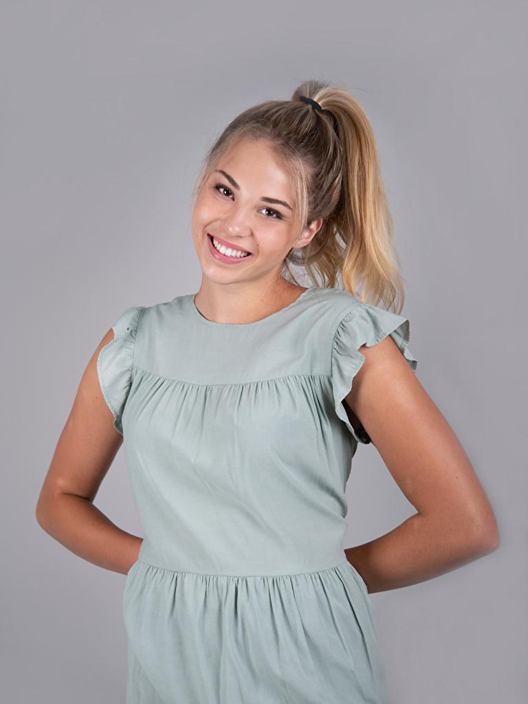Foto Mia Chagnon Blond Mädchen Lächeln Mädchens Blick Grauer Hintergrund  für Handy Blondine junge frau junge Frauen Starren