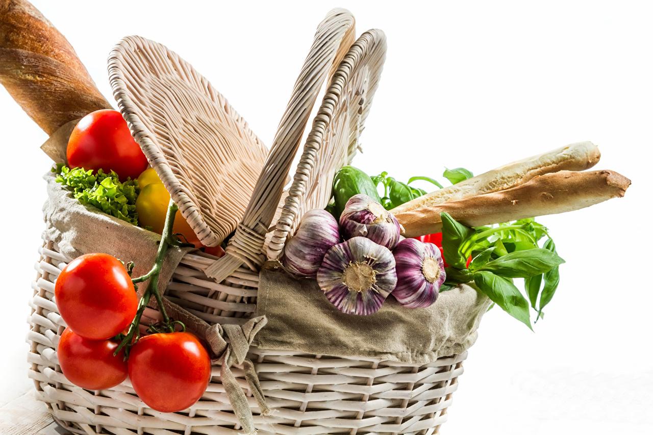Fotos Tomaten Brot Knoblauch Weidenkorb Gemüse Lebensmittel Weißer hintergrund Tomate das Essen