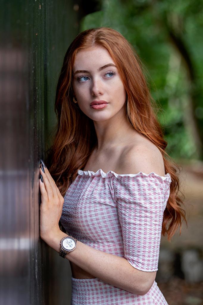 Fotos Rotschopf Emilia Armbanduhr junge frau Hand Blick  für Handy Mädchens junge Frauen Starren