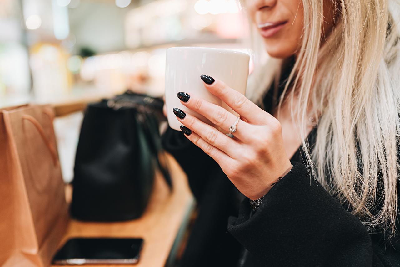 Bilder von Blondine Maniküre Bokeh Mädchens Hand Becher Finger Blond Mädchen unscharfer Hintergrund junge frau junge Frauen