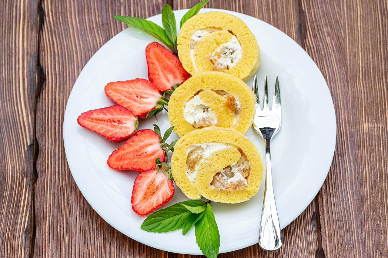 Fotos von Roulade Erdbeeren Teller Essgabel Lebensmittel Bretter Gabel das Essen