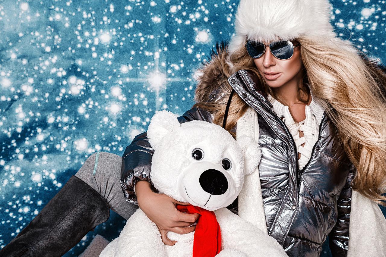 Foto Neujahr Blondine junge Frauen Schnee Teddybär Brille Glamour Blond Mädchen Mädchens junge frau Teddy Knuddelbär
