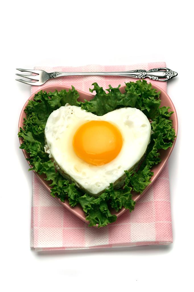 Bilder von Valentinstag Herz Spiegelei Gabel Teller Gemüse Lebensmittel Weißer hintergrund Essgabel
