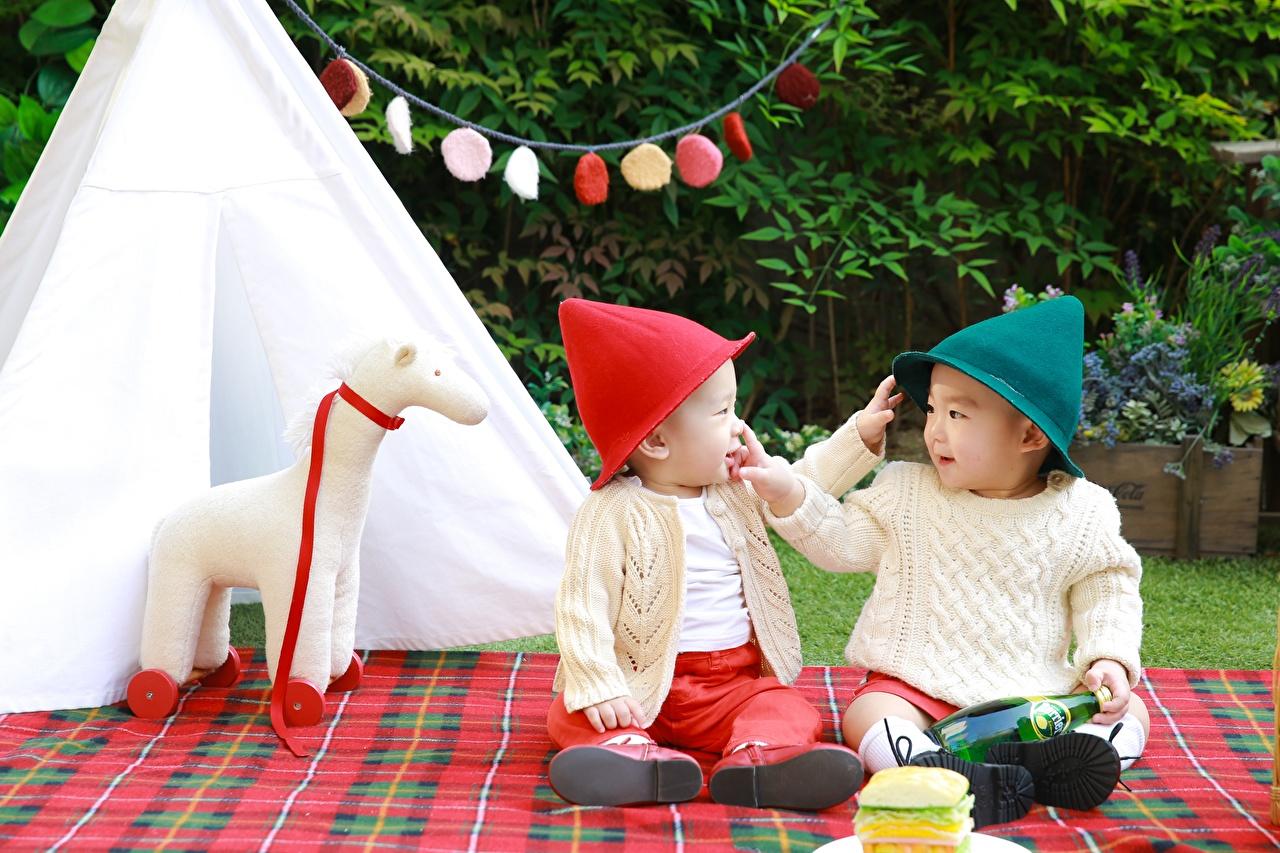 Bilder von Junge Kinder 2 Mütze Sweatshirt Asiatische Sitzend Zwei