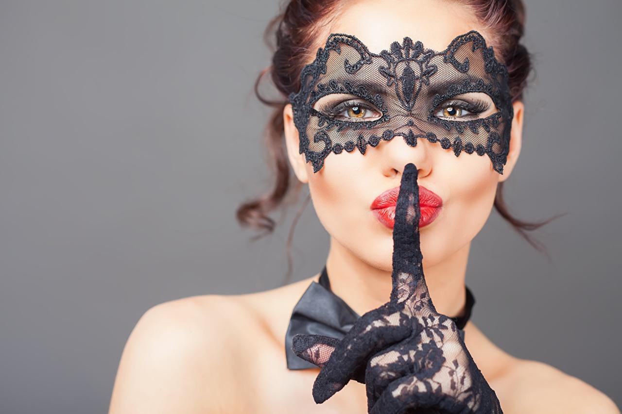 、仮面、ジェスチャー、指、モデル、凝視、赤い唇、手袋、手、グレーの背景、顔、若い女性、少女、