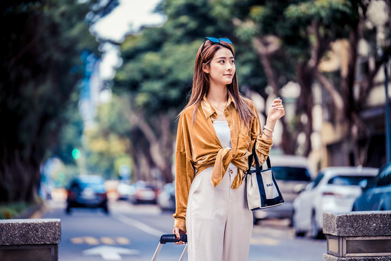 Bilder von Bokeh Pose Hemd Mädchens Asiatische Handtasche Starren unscharfer Hintergrund posiert junge frau junge Frauen Asiaten asiatisches Blick