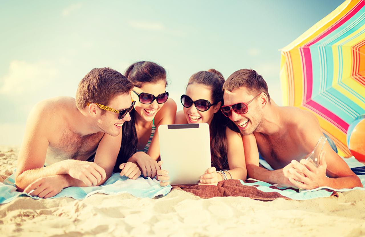 Tapety na pulpit Mężczyźni Zakochane pary plaża Lato Dziewczyny Piasek Okulary mężczyzna Plaże dziewczyna młoda kobieta młode kobiety