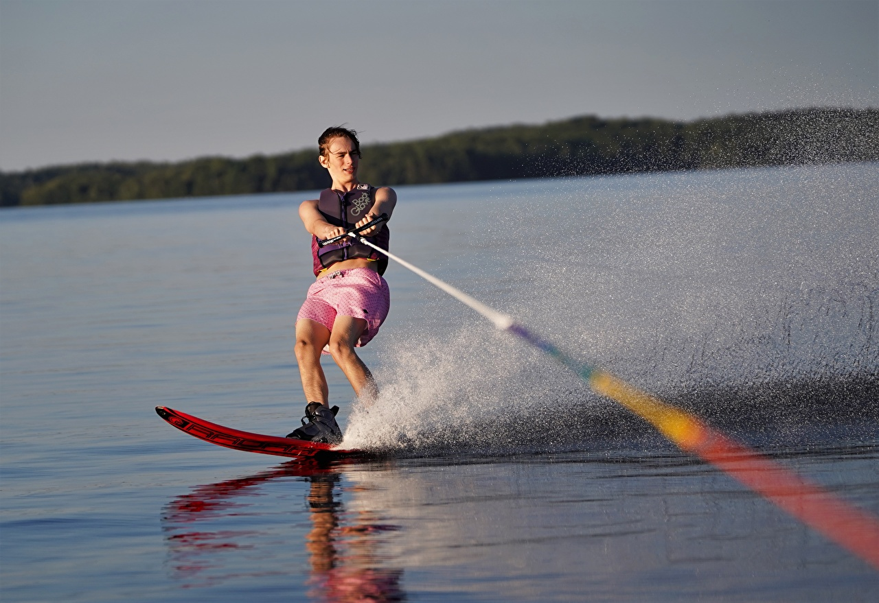 Desktop Wallpapers Man water skiing Water splash Men