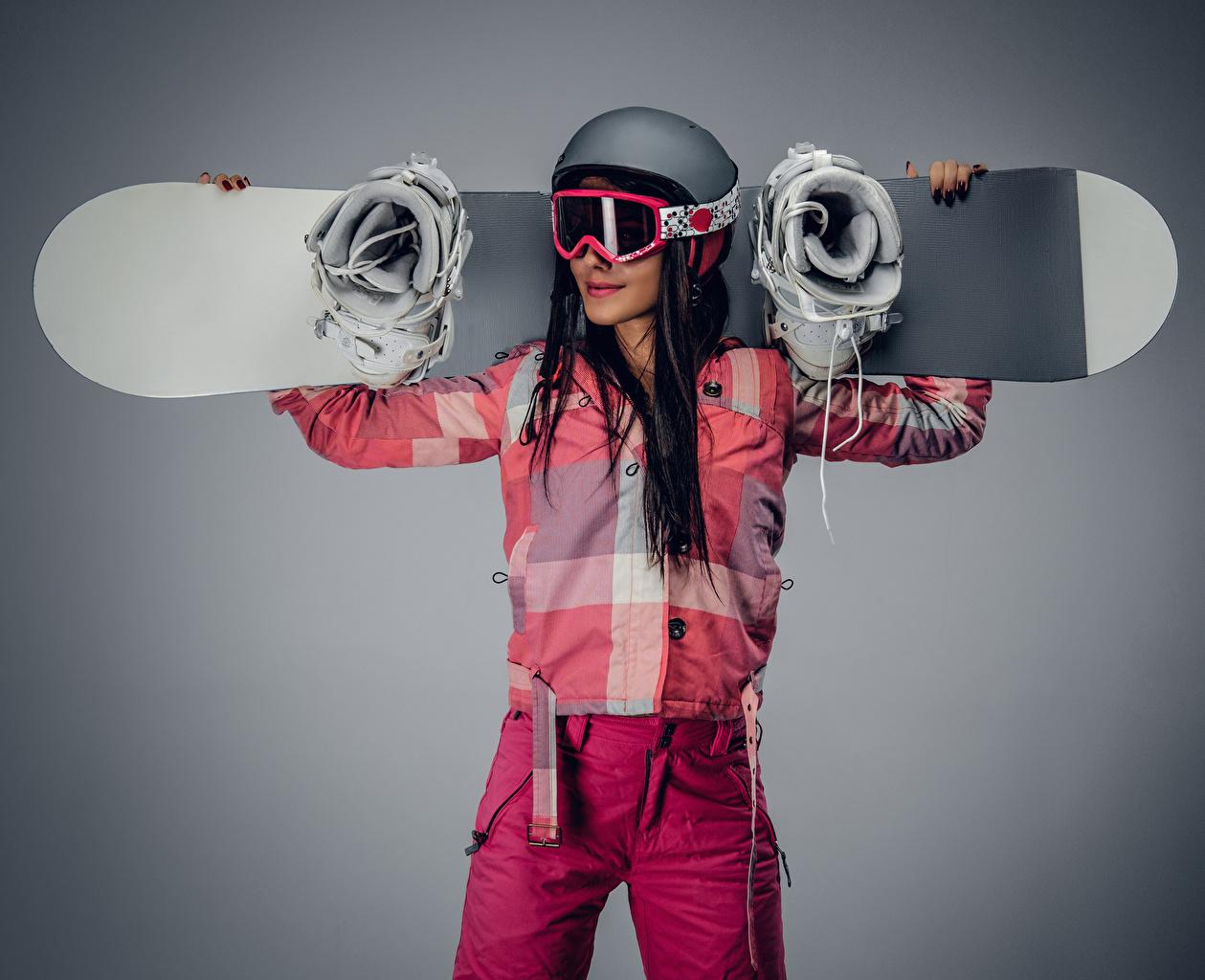 、スノーボード、グレーの背景、茶色の髪の女性、ヘルメット、眼鏡、若い女性、少女、スポーツ、