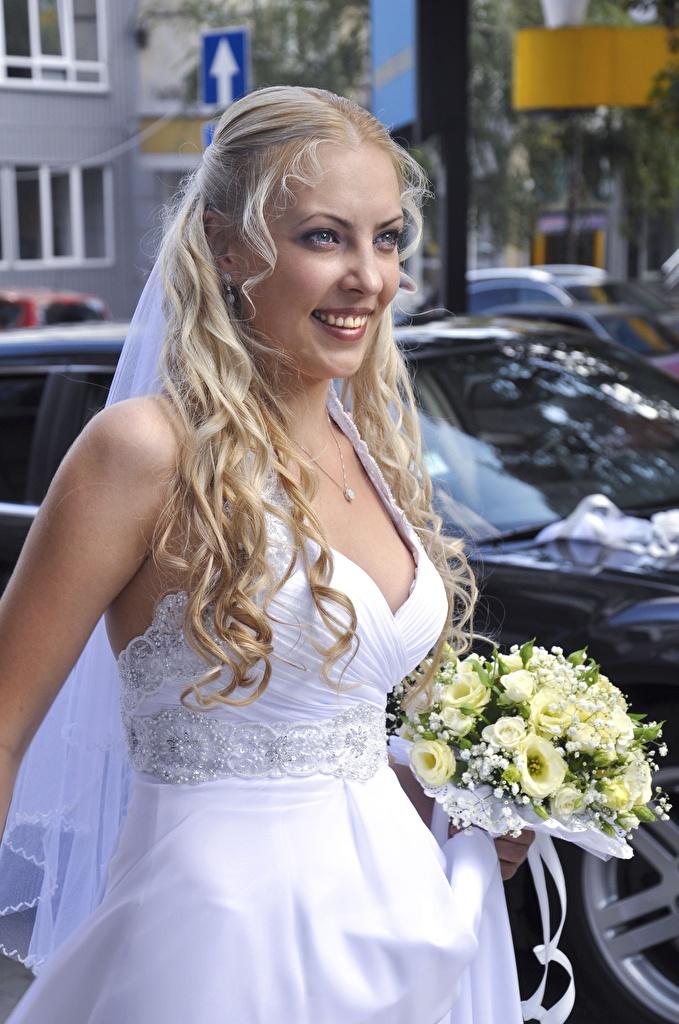 Desktop Hintergrundbilder Braut Blondine Lächeln Sträuße junge frau Starren Kleid  für Handy bräute Blond Mädchen Blumensträuße Mädchens junge Frauen Blick