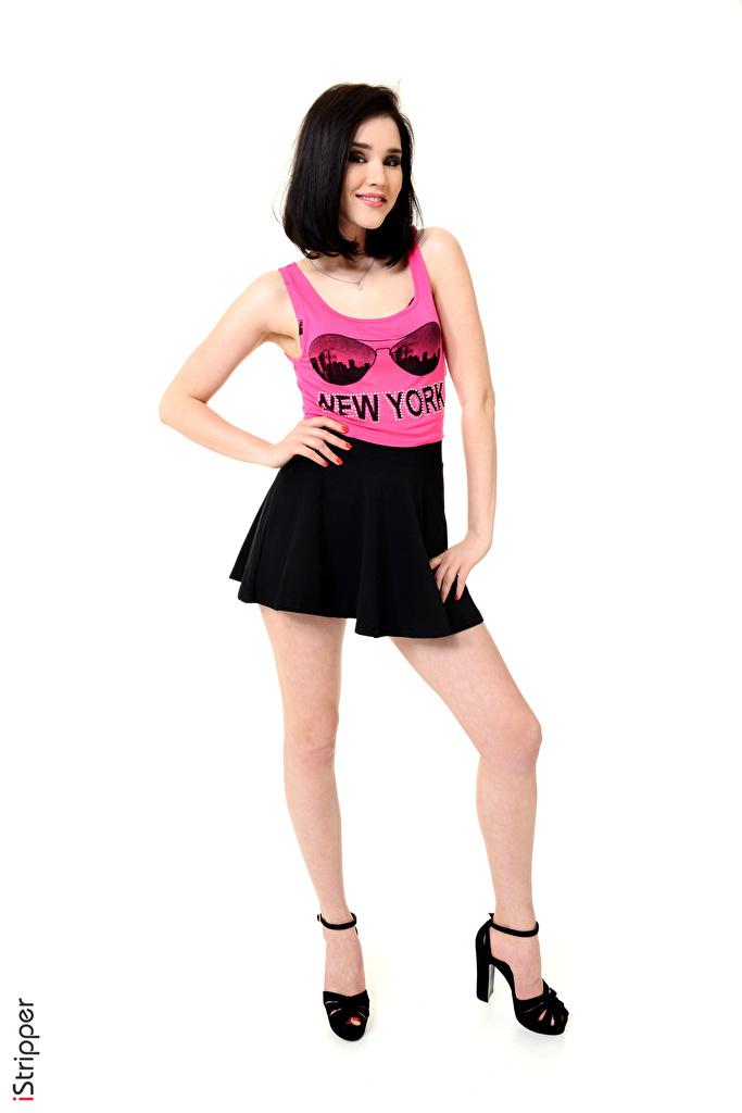 Bilder von Malena Fendi Rock Brünette Lächeln iStripper posiert Mädchens Bein Unterhemd Hand Weißer hintergrund Stöckelschuh  für Handy Pose junge frau junge Frauen High Heels