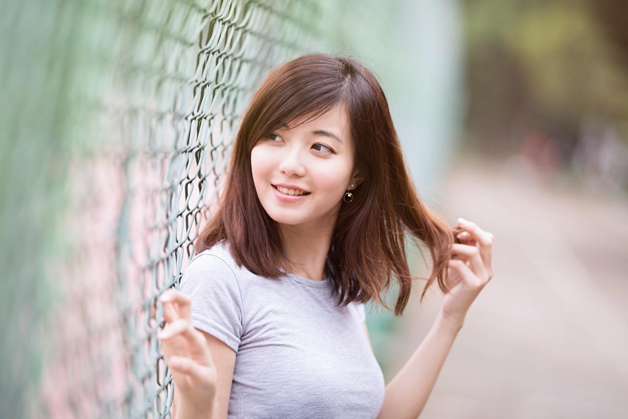 Afbeelding Bruin haar vrouw Glimlach onscherpe achtergrond Haar Jonge vrouwen Aziaten hand Kijkt Bokeh jonge vrouw aziatisch Handen